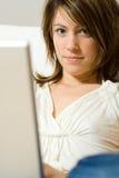 Mulher com computador portátil Fotografia de Stock