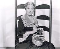 Mulher com confecção de malhas da cesta Imagens de Stock