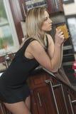 Mulher com copo de café Fotografia de Stock Royalty Free