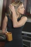Mulher com copo de café Imagem de Stock