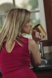 Mulher com copo de café Fotografia de Stock