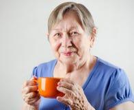 Mulher com copo de chá Foto de Stock