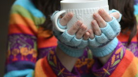 Mulher com copo de chá vídeos de arquivo