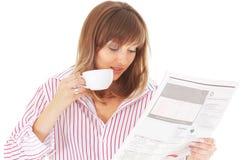 Mulher com copo e jornal Fotos de Stock Royalty Free