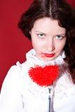 Mulher com coração vermelho em uma forquilha imagem de stock
