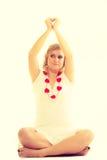 Mulher com corações vermelhos pequenos charity Fotografia de Stock Royalty Free