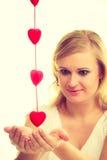 Mulher com corações vermelhos pequenos charity Fotos de Stock Royalty Free