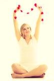 Mulher com corações vermelhos pequenos charity Imagens de Stock