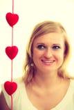Mulher com corações vermelhos pequenos charity Foto de Stock Royalty Free