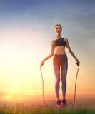Mulher com corda de salto fotografia de stock royalty free