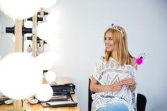 Mulher com coroa da rainha e varinha da mágica Foto de Stock Royalty Free