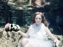 Mulher com crânio Imagens de Stock Royalty Free