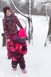Mulher com a criança no parque fotos de stock royalty free