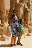 Mulher com a criança no templo da cidade de Habu em Luxor foto de stock royalty free