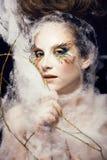 A mulher com criativo compõe o close up como a borboleta Fotos de Stock Royalty Free