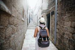 Mulher com curso da trouxa que anda na cidade velha Imagens de Stock