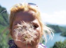 Mulher com dente-de-leão Fotografia de Stock