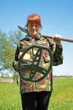 Mulher com detector de metais Fotografia de Stock Royalty Free