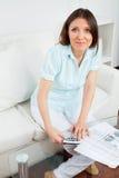 Mulher com dinheiro e calculadora fotos de stock