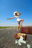 A mulher com dinheiro para o carro Fotografia de Stock