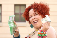 Mulher com dinheiro vermelho da terra arrendada do cabelo Curly Fotos de Stock