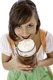 A mulher com dirndl bebe o stein da cerveja de Oktoberfest Foto de Stock Royalty Free