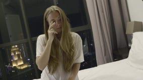 Mulher com dor de cabeça video estoque