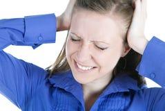 Mulher com a dor de cabeça que guarda as mãos à cabeça imagem de stock royalty free