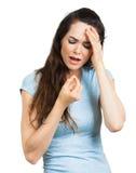 Mulher com a dor de cabeça que toma o comprimido fotografia de stock royalty free
