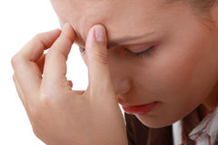 Mulher com dor de cabeça severa da enxaqueca fotografia de stock royalty free