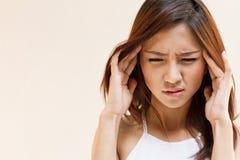 Mulher com dor de cabeça, enxaqueca, esforço, insônia, manutenção Imagem de Stock Royalty Free