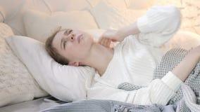 Mulher com a dor de pescoço que coloca na cama filme