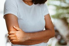 Mulher com dor no ombro e no úmero Imagens de Stock Royalty Free