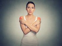 Mulher com dor ou rigidez bilateral do ombro colorida dentro fotos de stock royalty free