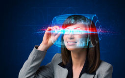 Mulher com elevação - vidros espertos da tecnologia Imagem de Stock Royalty Free