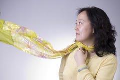 A mulher com enrola acima o lenço Fotografia de Stock