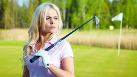 Mulher com equipamento de golfe imagens de stock