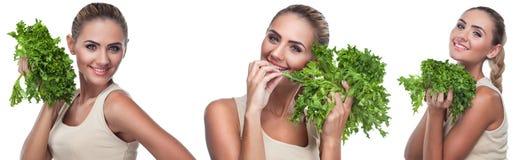 Mulher com ervas do pacote (salada). Vegetariano do conceito que faz dieta - ele Fotos de Stock