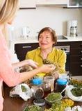 Mulher com ervas medicinais Foto de Stock Royalty Free