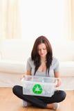Mulher com escaninho de recicl Fotos de Stock