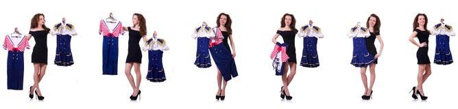 A mulher com escolha difícil de escolher a roupa Foto de Stock