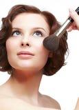 Mulher com escova da composição Imagens de Stock