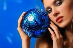 Mulher com esfera imagem de stock royalty free