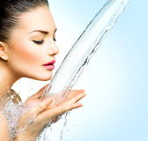 A mulher com espirra da água em suas mãos Imagens de Stock Royalty Free