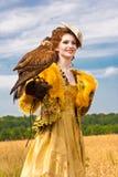 A mulher com falcão tem um descanso Imagem de Stock Royalty Free