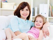 Mulher com a filha que relaxa em casa Imagens de Stock Royalty Free
