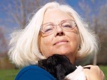 Mulher com filhote de cachorro Fotos de Stock