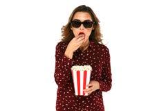 Mulher com filme interessante de observação da pipoca em vidros estereofônicos Imagem de Stock
