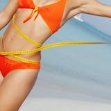 Mulher com fita de medição Foto de Stock
