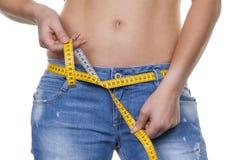 Mulher com a fita de medição antes da dieta seguinte Foto de Stock Royalty Free